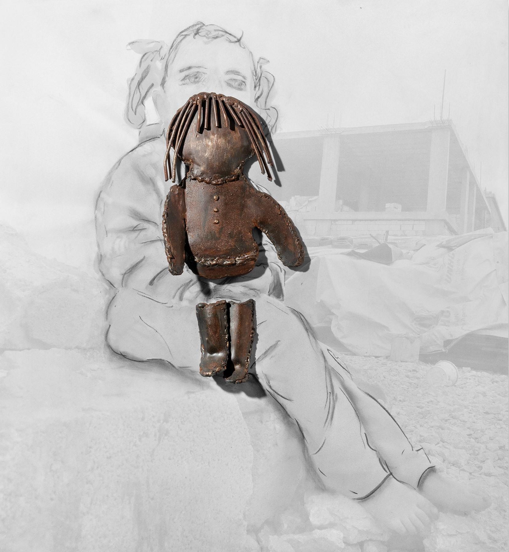 אורנה בן עמי הפליטה והבובה,2020 פיסול בברזל מרותך על גבי צילום. הצילום המקורי רויטרס (Custom)