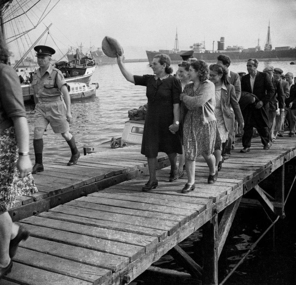"""""""Маапилим"""" - репатрианты, приплывшие из Ла Специи на кораблях """"Дов Хоз"""" и """"Элиягу Голомб"""" в Хайфском порту"""